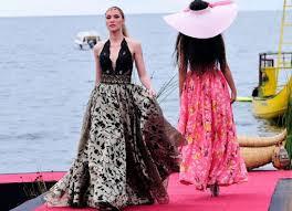 iconoclasta la moda con ojos de lifestyle de para esta ocasioacuten john pacheco presentoacute su coleccioacuten kurmi arco iris con trajes en bayeta y cuero ecoloacutegico estos desfiles en lugares exuberantes