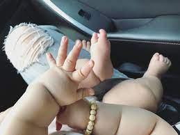 Bé trai 5 tháng tuổi có đôi bàn tay mũm mĩm như