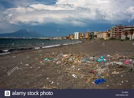 Verschmutzten Strand in Castellammare di Stabia Italien Stockfotografie -  Alamy
