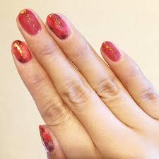 秋冬流行の赤べっ甲ネイル簡単なやり方セルフジェルネイルで奥行き