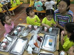 Lớp mẫu giáo B2, B3 và C3 làm bánh tặng bà và mẹ