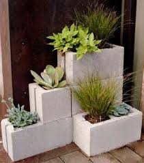 O jardim vertical, ou muro verde, nada mais é que uma superfície sobre parede adaptada para receber diferentes espécies de plantas. Vasos Com Blocos De Concreto Para Decorar O Jardim Dicas Praticas
