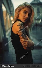 Portrét Mladé ženy S Tetování Na Rameno Stojící Na Ulici Večer