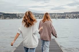 Làm sao để duy trì tình bạn vượt qua trở ngại địa lý | ELLE