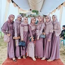 Kami melayani pengiriman ke semarang, surabaya, makassar, jakarta, medan, bandung, banjarmasin, bekasi dan seluruh indonesia. 10 Ragam Model Seragam Bridesmaid Bertema Warna Ungu Anggun Feminin