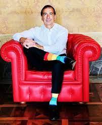 Corriere della Sera - Il sindaco di Milano Beppe Sala in posa con i calzini  colorati in omaggio al Pride:
