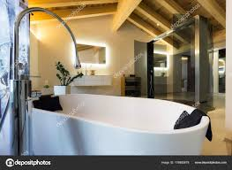 Luxus Badezimmer Mit Badewanne Und Holzdecke Stockfoto Ilfede