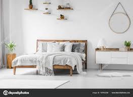 Komfortable Große Hölzerne Bett Mit Bettwäsche Kissen Und Decke