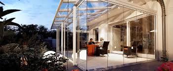 Окна для веранды популярных вида материалов com Безрамные окна на веранде