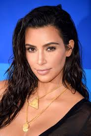 kim kardashian s makeup artist pelemented her wet hairstyle with dewy skin and greek dess