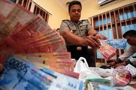 Ilustrasi Petugas kepolisian menunjukkan barang bukti berupa uang, rekapan serta peralatan judi togel (ANTARA/M Risyal Hidayat) - 20110524111316judi230511-1