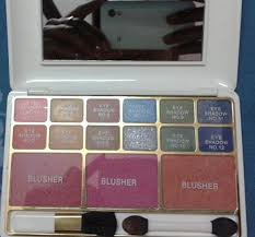 it es in a white plastic box there is a small mirror inside the box as well it es with 2 applicators one for eyeshadows and the other for blusher