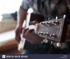 Aerotécnico de Primera Clase Dylan Westmoreland, 790ª Fuerza de Respuesta  Rápida, toca su guitarra mientras visitando