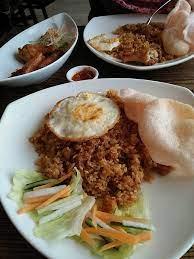 Umumnya nasi kebuli dimasak bersama kaldu daging kambing, susu kambing, dan juga minyak samin, yang kemudian disajikan. Nasi Goreng Wikiwand