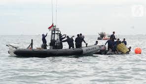 FOTO: Tim SAR Evakuasi Bagian Tubuh Penumpang Pesawat Sriwijaya Air SJ 182  - News Liputan6.com