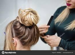 美容室美人の茶色の髪の上部お団子の髪型アップになります ストック