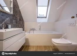 Dachgeschoss Badezimmer Mit Badewanne Stockfoto Photographeeeu