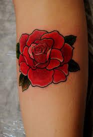 фото тату цветок красной розы с листьями татуировки и эскизы розы