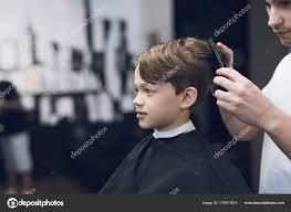 Kadeřník Je Módní Pěkný účes Pro Chlapce V Moderní Holičství Stock