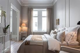 luxury resort style bedroom bedroom traditional with tavla med guldig ram  traditional artificial flowers
