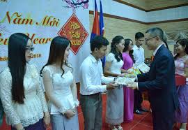 ambador vu quang minh presents gifts to vietnamese students in cambodia at the banquet in celebration of tet on february 6 photo vna