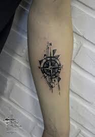 тату графика компас на руке