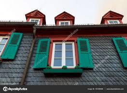 Europäische Fenster Mit Grünen Fensterläden Aus Holz In Alten Haus