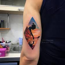 фото небольшой женской цветной татуировки на плече девушка в лодке