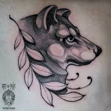 татуировка женская графика на лопатке волк Art Of Pain