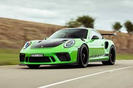 Yeni 911 gt3 rs modelinin eksantrik milleri ile supapları arasındaki boşluk telafisi hidrolik olarak değil, katı bir düzenin parçası olarak şim levhaları ile sağlanır. 2019 Porsche 991 2 911 Gt3 Rs Review Motor Magazine