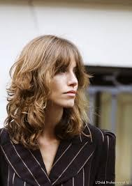 دليلك لتسريحات الشعر قصات الغرة الخفيفة المناسبة لمختلف