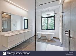 Badewanne In Corian Wasserhahn Und Dusche Im Badezimmer Mit Fenster