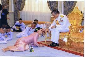 ชมภาพนาทีประวัติศาสตร์ 'ราชาภิเษกสมรส' สมเด็จพระเจ้าอยู่หัว สมเด็จพระ ราชินีสุทิดา (คลิป)
