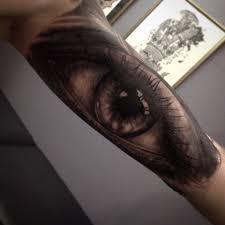 большая черно серая татуировка глаза на руке фото татуировок