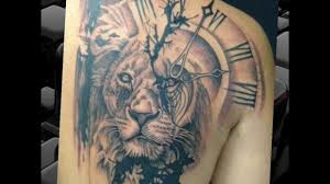тату на руке лев с короной для девушек на