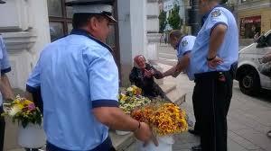 POZA ZILEI. Poliția Locală, exces de zel. Bătrână luată pe sus de polițiștii locali pentru că vindea flori