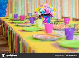 Servant de table coloré avec décoration pour anniversaire enfant ...
