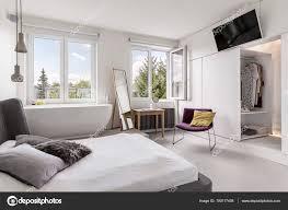 Multifunktionale Moderne Schlafzimmer Mit Bad Stockfoto