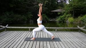 Mit Dem Sonnengruß Vital In Den Tag Starten Yoga Morgenroutine