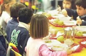 Mensa scolastica, piatti biodegradabili si sciolgono col cibo caldo: ritirati 4mila pezzi