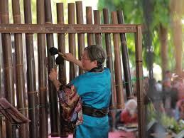 Alat musik india yang memiliki jangkauan nada 2 oktaf dan bentuknya mirip gitar berlengan panjang. Indonesia Go Id Alat Musik Indonesia Yang Mendunia