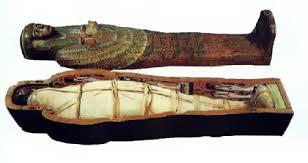 Сооружения Древнего Египта пирамиды и храмы История Древнего  Древнеегипетская мумия в саркофаге