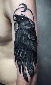 ворон в графике тату на плече у парня фото татуировок