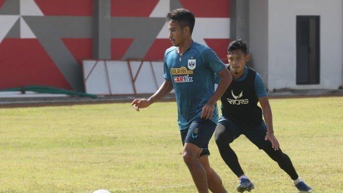 Finky Pasamba berlatih di PSIS Semarang.