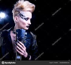 ファッションのロッカー スタイル モデル少女の肖像画髪型パンク女性