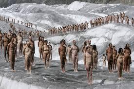 spencer tunick hat es wieder getan tausende posieren nackt bettmeralp 18 2007 quelle laurent gillieron