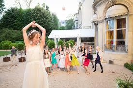 lancer de bouquet pendant mariage maison amérique latine