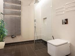 Als reinigungsmittel eignen sich spezielle putzmittel für laminat oder holzböden. Dusche Reinigen Fliesen Fugen Und Duschkabine Ratgeber