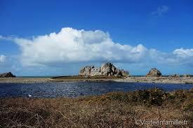 située à la pointe de plougrescant castel meur est une maison glissée entre deux rochers de granit et qui est située près d un gouffre