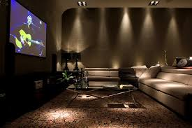 De um lado, a idealização de uma sala ultramoderna, com um projetor jogando a imagem em uma grande parede. 7 Salas De Tv Incriveis Para A Sua Casa Homify